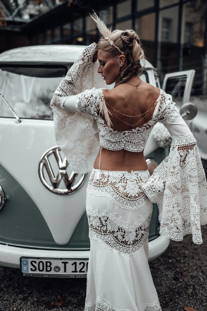 Vintage Brautstyling, Vintage Braut steht vor einem Oldtimer