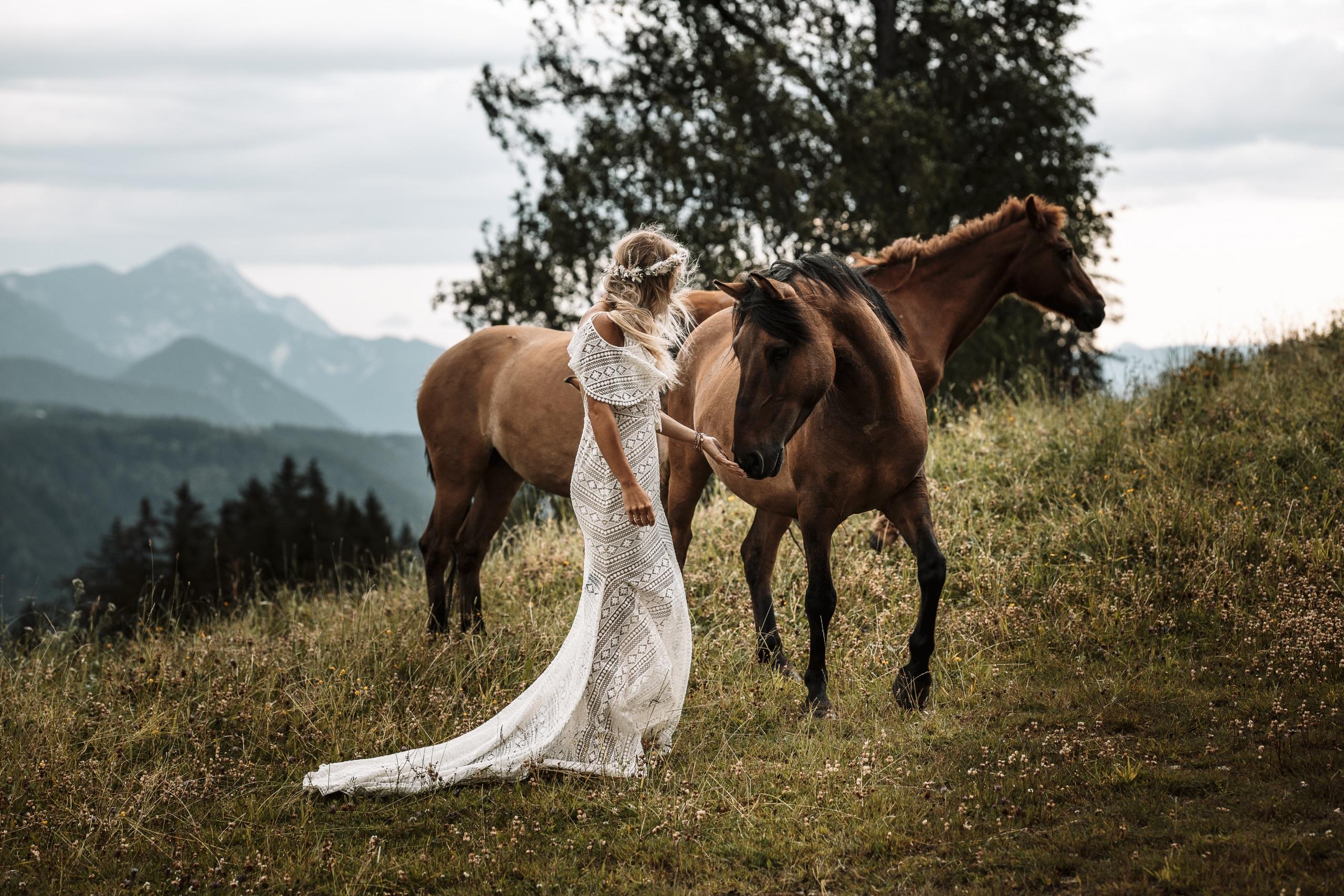 Vintagehochzeit in der Natur, Vintagebraut mit Pferden auf der Wiese