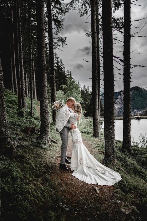 Hochzeitspaar verliebt im Wald